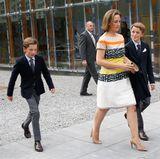 Männlicher Royal-Nachwuchs ist natürlich auch von der Partie: Prinz Aymeric und Prinz Nicolas kommen ganz schick mit Mama Claire daher.