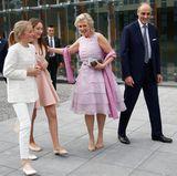 Die Cousinen kommen gemeinsam mit Prinzessin Astrid und Prinz Lorenz an. Besonders die drei weiblichen Royals sind äußerst sommerlich gekleidet.
