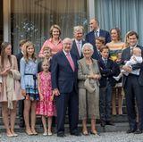 Für ein hübsches Familienfoto rücken alle Royals rund um Königin Paola zusammen. So gelangen vier Generationen auf ein Bild.