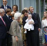 Doch wie schon bei der Torte steht auch beim Fotografieren Baby Anna im Mittelpunkt. Ob ihr Uroma Paola wohl erklärt, wie eine royale Dame posiert?