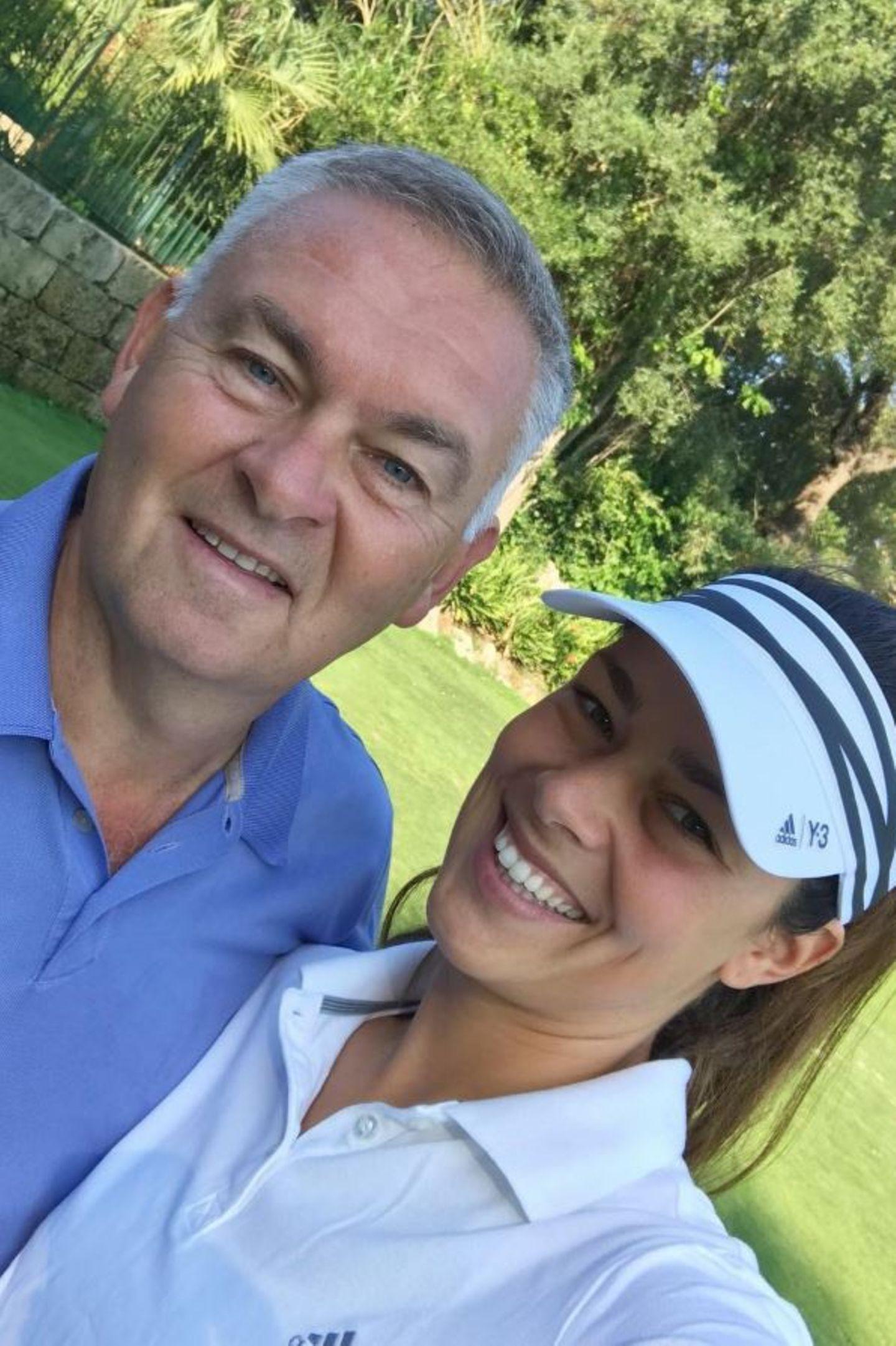 """Ihren Vater Miroslav begleitet die serbische Schönheit gerne zum Golfplatz für ein wenig """"Quality Time""""."""