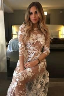 Im Juni 2017 geben Ann-Kathrin Brömmel und Mario Götze ihre Verlobung bekannt. In einen Braut-Style schlüpft das hübsche Model jedoch schon einige Monate vorher, als sie für das Label Lurelly shootet. Dieses Modell aus weißer Spitze spiegelt perfekt ihren Kleidergeschmack wieder, denn schon im Mai 2015 verliebt sich Ann-Kathrin laut Instagram-Post in...