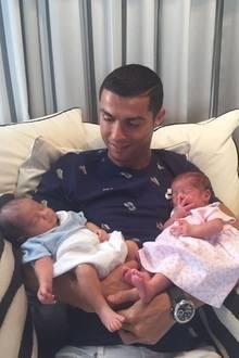 """29. Juni 2017  Endlich kann Superstar Cristiano Ronaldo seine Zwilllinge in die Arme schließen. """"So glücklich, die beiden neuen Lieben meines Lebens halten zu können"""", postet der Fußballer."""