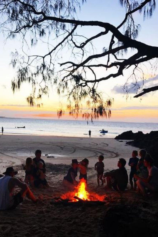 """28. Juni 2017  """"Surfen, angeln, gegrillte Marshmallows und Sonnenuntergänge! Was will man mehr!"""", schreibt Chris Hemsworth zu dem wunderschönen Familienfoto am Lagerfeuer."""