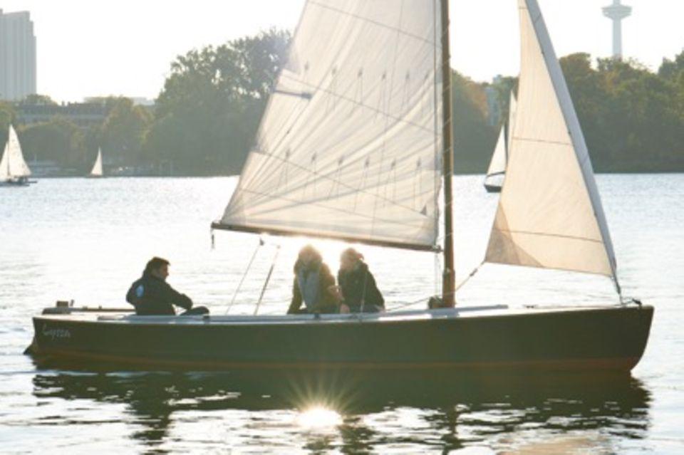 Nirgendwo kann man Hamburg so schön bewundern wie auf dem Wasser. Ein privater Alstertörn mit den Liebsten ist ein absolutes Muss.