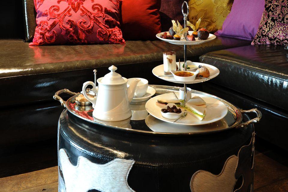 """In der Bar DaCaio serviert das Team exquisite Köstlichkeiten und stilechte Tees. """"Rule Britannia"""" mitten in Hamburg."""