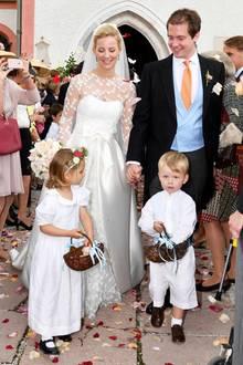 Was für eine hübsche Braut! Isabelle Heubach heiratete am Wochenende Hermann Prinz zu Leiningen und konnte mit ihrem Kleid mit den ganz großen Royals locker mithalten. Das mädchenhaft-verspielte bodenlange Kleid überzeugte vor allem mit feinen Blüten-Stickereien.