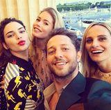 Fashionista und Autor Derek Blasberg zeigt seinen Instagram-Followern, dass er mit Alexa Chung, Dasha Zhukova, Kendall Jenner, Doutzen Kroes und Lauren Santo Domingo bei der Miu-Miu-Party mächtig Spaß hat.