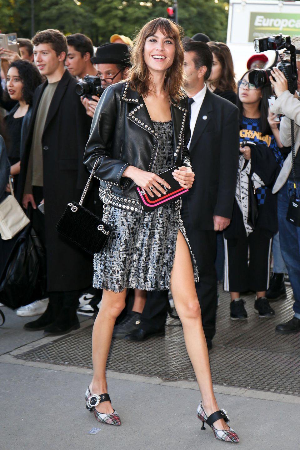 Fashionista Alexa Chung hat beste Laune mit zur Fashion-Show von Miu Miu mitgebracht.