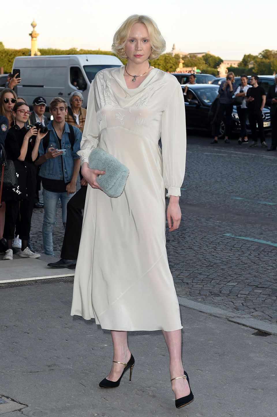 """Ooops... Obenrum ziemlich durchschimmernd ist das perlmuttfarbene Seidenkleid von """"Game of Thrones"""" Star Gwendoline Christie."""
