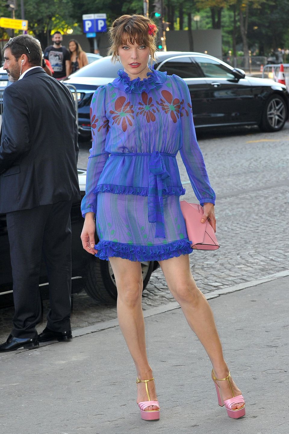 Verspielt und stylisch zeigt sich Milla Jovovich am Place de la Concorde in Paris.