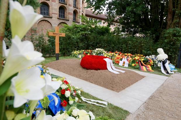 2. Juli 2017  Das Grab des verstorbenen Altkanzlers Helmut Kohl auf dem Friedhof des Domkapitels in Speyer schmückt ein Holzkreuz und ein Kranz aus roten Rosen von seiner Frau Maike Kohl-Richter.