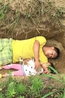 Vater mit seiner Tochter im Grab