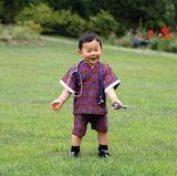 1. Juli 2017  Das neueste Bild des kleinen Kronprinzen von Bhutan, der ein Stethoskop um den Hals geschlungen hat, wird von den Fans des Königshauses im Internet bejubelt. Das liegt auch an der Botschaft, die mit dem Bild herausgegeben wurde: Dass die Kinder Bhutans auch deswegen so gerne Doktor spielen, weil das medizinische Personal des Landes so vorbildlich sei, hart arbeite und jeden Tag vielen Menschen helfe. Der Dank des Königspaares ist ihnen gewiss. Der strahlende Gyalsey ist ein charmanter Überbringer der Botschaft.