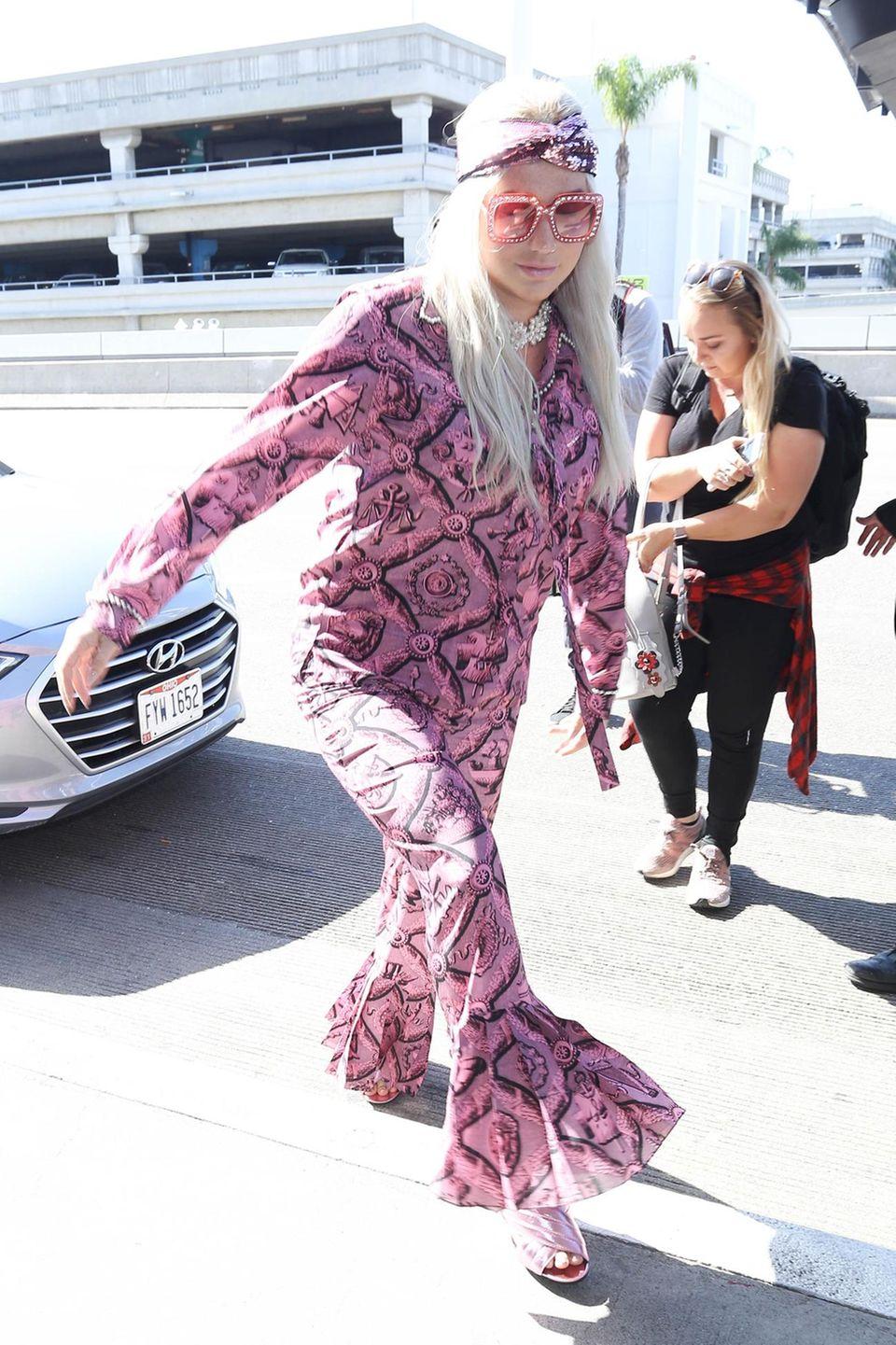 Diesen pinkfarbenen Hippie-Look kennen wir doch! Salma Hayek trug ihn schon einige Wochen vor Kesha, sehr viel stylischer sah sie darin aber leider auch nicht aus.