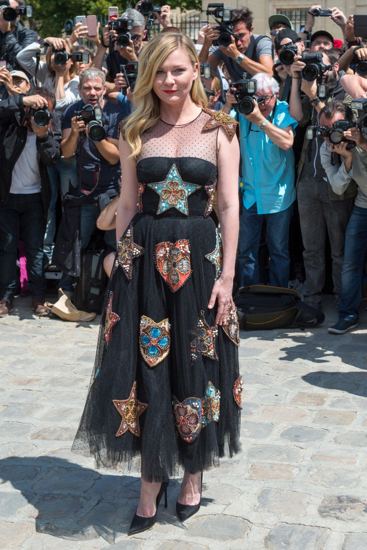 Strahlend schön zeigt sich Kirsten Dunst bei der Show von Christian Dior.