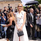 Eva Herzigova strahlt bei Dior in Weiß und Rot.