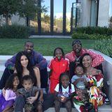Nicht allzu oft sieht man Familienfotos von Selfie-Queen Kim Kardashian, Eheman Kanye West und den gemeinsamen Kindern North und Saint. Umso schöner dieser Schnappschuss (inklusive lustigem Gesichtsausdruck von Töchterchen North): Familie Kardashian-West posiert gemeinsam mit dem Clan von Rapper 2 Chainz bei einer Party am Wochenende vor dem amerikanischen Nationalfeiertag.