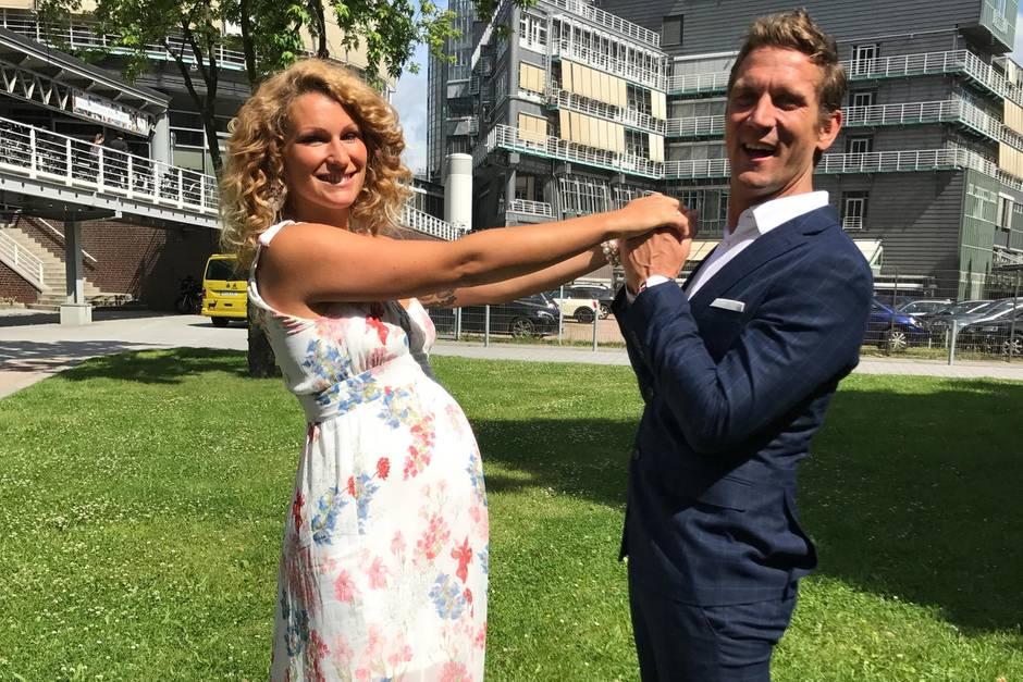 Während ihres Besuchs in der GALA-Redaktion zeigten sich die werdenden Eltern Janni Hönscheid und Peer Kusmagk verliebt wie nie