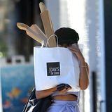 Die Schauspielerin ist immer sehr kreativ, was das Verstecken vor Fotografen angeht. Hier muss ihre Einkaufstüte als spontane Verschleierung herhalten...