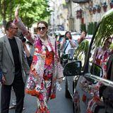 Im poppigen Flower-Suit können die Pariser Fans Celine Dion gar nicht übersehen. Der farbenfrohe Look stammt von Roberto Cavalli.