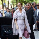 Der zart roséfarbene Business-Look mit Bluse und Bleistiftrock ist für Celine Dion fast schon zurückhaltend, passt aber hervorragend nach Paris.