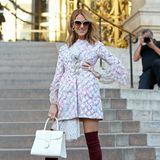 Strike a pose! Bei der Fashion-Show von Giambattista Valli verbreitet Celine Dion im floralen Dress und weinroten Overknees gute Laune.