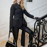 Den elegant-geheimnisvollen Look ganz in Schwarz beherrscht Celine Dion ebenfalls. Darin besucht sie die Pariser Dior-Show im Juli 2016.