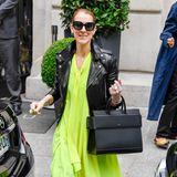 Was für ein Mix! Das fließende, neonfarbene Chiffon-Kleid kombiniert Celine ganz lässig mit einer rockigen Bikerjacke.