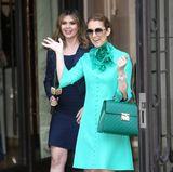Auch im türkisfarbenen Retro-Dress von Gucci mit Blüten-Accessoire begeistert Celine Dion in Paris.