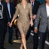 Im figurbetonten Tweet-Dress zeigt sich Celine bei einer Party in New York. Hingucker ist aber die passende Mütze dazu.
