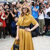 Im ockergelben Lederkleid ist Celine Dion bei der Fashion-Show von Dior ein leuchtender Hingucker.