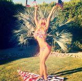 Sexy grüße aus Palm Springs: Carmen Electra feiert in amerikanischen Farben.