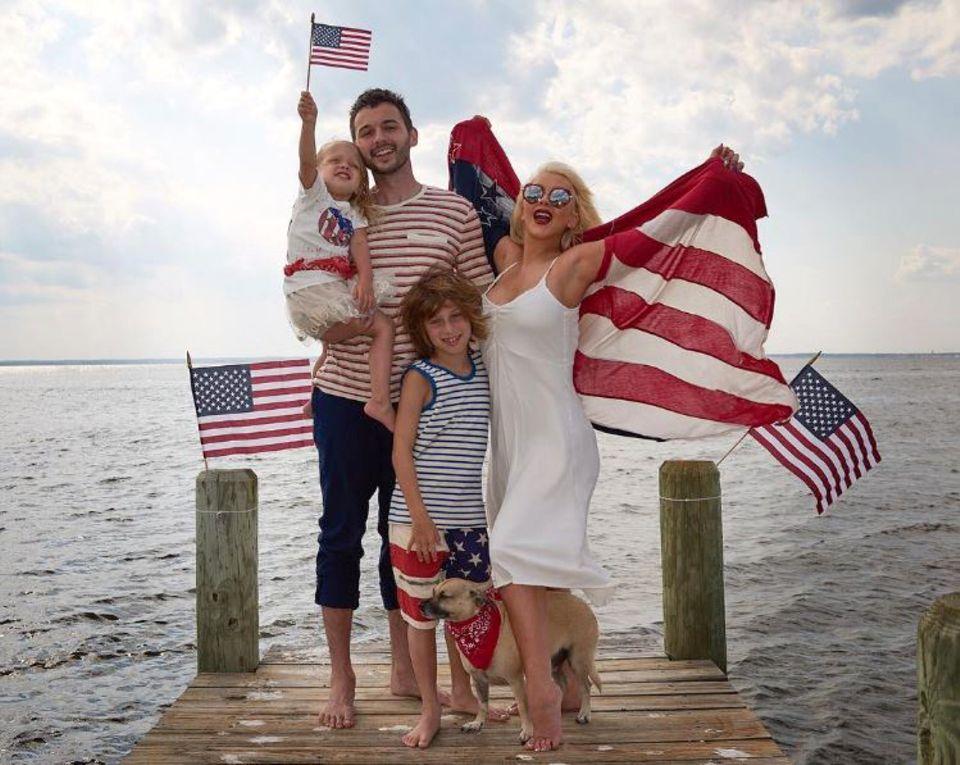 Eine patriotische Familie: Pop-Star Christina Aguilera posiert mit der ganzen Familie zum Unabhängigkeitstag.