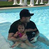 Sein Töchterchen Dream im Arm, im kühlen Nass, sendet Rob Kardashian einen frohen vierten Juli.