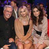 Marc-Cain-Chef Helmut Schlotterer und seine Frau Ute begrüßen ihre Star-Gäste Lena Gercke und Lena Meyer-Landrut in der ersten Reihe.