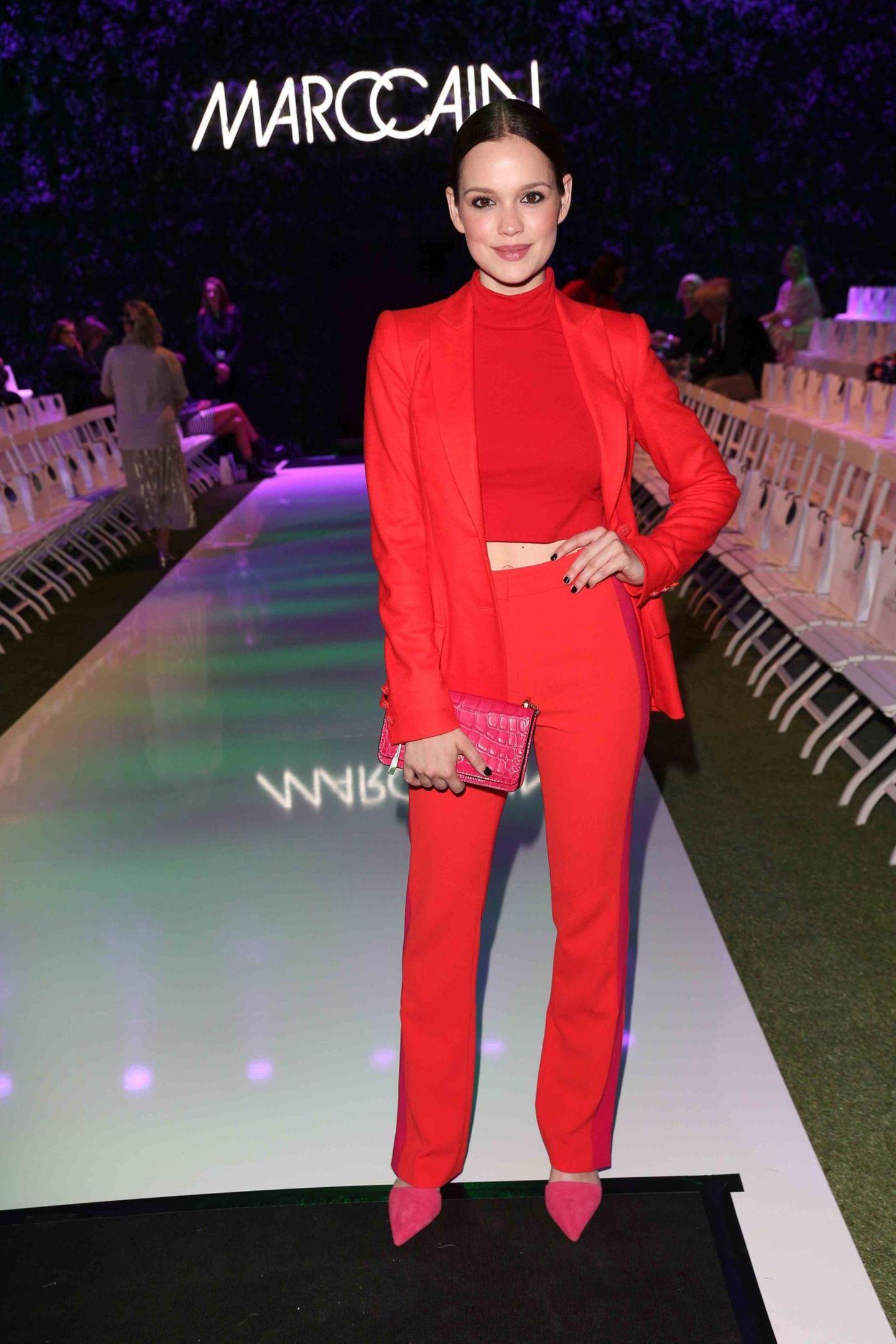 Lady in Red:Emilia Schüle bezaubert bei der Fashion-Show von Marc Cain.