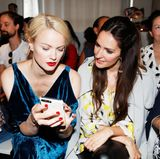 Topmodel Franziska Knuppe zeigt Johanna Klum ihre Schnappschüsse.