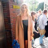 Topmodel Lena Gercke genießt vor der Fashion-Show von Marc Cain noch ein wenig die Sonne.