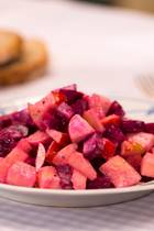 Farbenfrohe Beilage: Schneller Rote-Bete-Salat mit Apfel