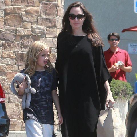 Angelina Jolie und ihre achtjährige Tochter Vivienne machen einen gemeinsamen Einkauf in Los Feliz. Ihre jüngste Tochter genießt diese Momente, die sie mit ihrer Mutter alleine hat.