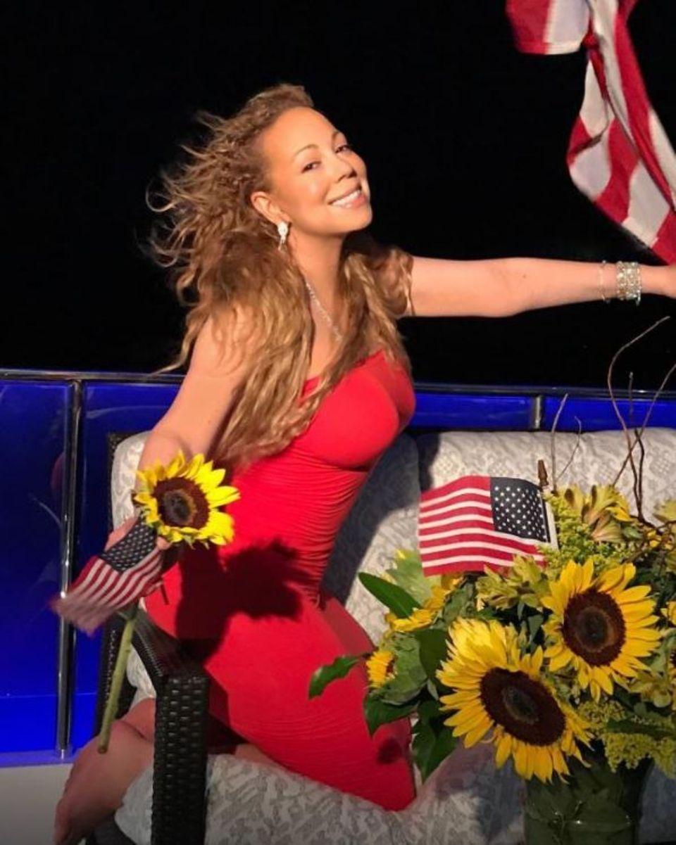 Mit Sonnenblumen und US-Flaggen dekoriert, wünscht Mariah Carey einen frohen Unabhängigkeitstag.