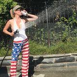 """""""Was ist amerikanischer als sich um den Garten zu kümmern, mit Bier in der Hand und in Flaggenhose?"""", postet Schauspielerin January Jones zum Unabhängigkeitstag."""