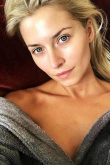 Model Lena Gercke genießt die Ruhe vor dem Fashion Week Sturm in Berlin. Dabei ist es ihr vor allem auch wichtig ihrer Haut eine Auszeit zu gönnen. Doch auch ungeschminkt könnte sie locker über den roten Teppich laufen - denn Lena ist eine wahre, natürliche Schönheit.