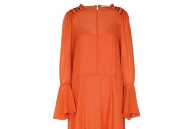 Volants! Rüschen! Und die Farbe so verheißungsvoll wie der Apérol an einem Sommerabend. Dieses Kleid beschwört die letzten Sonnenstrahlen herauf und macht einfach gute Laune. Von Dorothee Schumacher, ca. 750 Euro