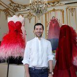Designer Alexis Mabille zeigt zwar keine Models, aber neben seiner neuesten Kollektion immerhin sich selbst.