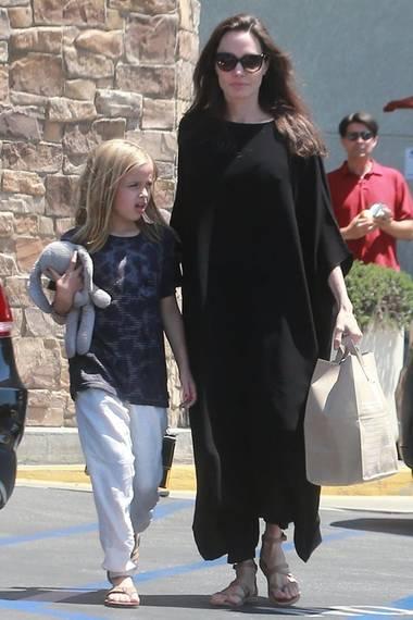 4. Juli 2017  Angelina Jolie und Tochter Vivienne, der Kuschelhase darf natürlich nicht fehlen,nach einem Einkauf in Los Angeles.