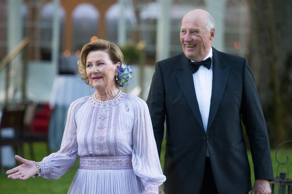4. Juli 2017  Ankunft zum Galadinner im Schloss Bygdö Kongsgaard in Oslo: Königin Sonja und König Harald.