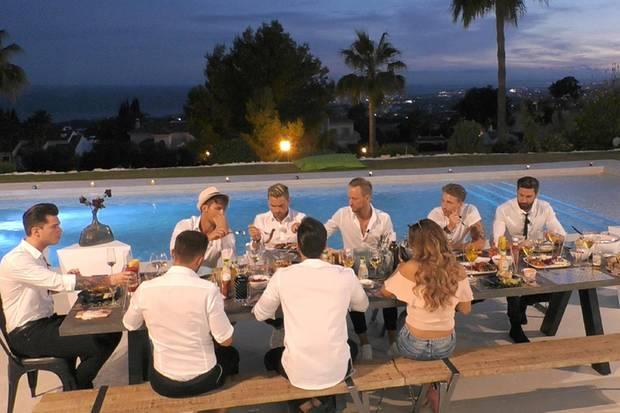 Immerhin kommen die anderen Kandidaten beim gemeinsamen Abendessen auch noch auf ihre Kosten.