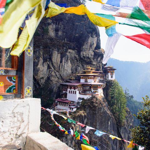 """Eines der Highlights in Bhutan: Das """"Tigernest-Kloster"""" schwebt luftig etwa 700 Meter über dem Parotal"""